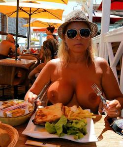 Nackt im Restaurant