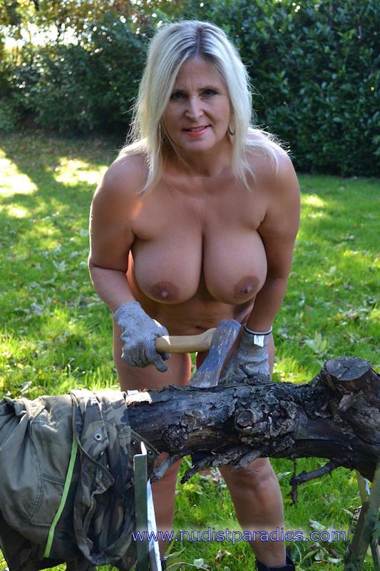 Nackt Bei Der Gartenarbeit